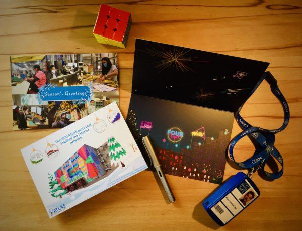 Natura morta con biglietti di auguri, cubo di Rubik e rivelatore di prossimità